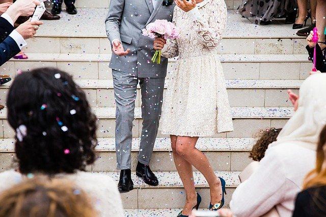 Бросать рис на головы жениха и невесты